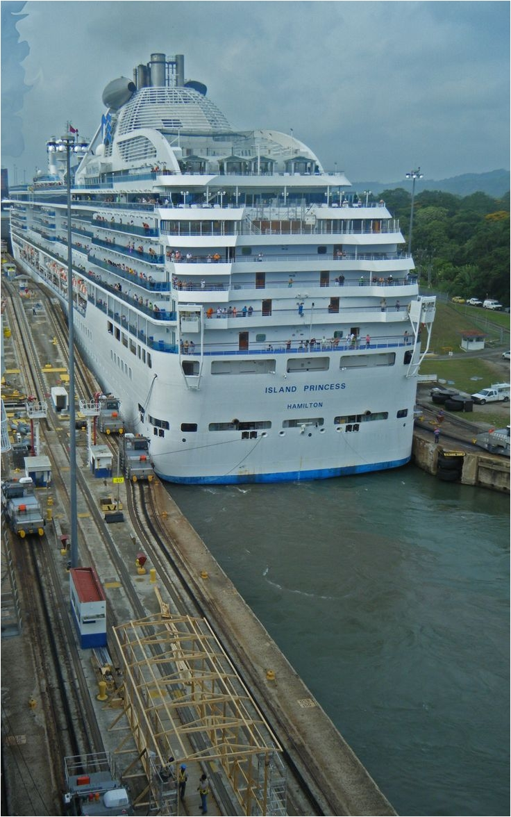 cruise ship island princess going through the panama canal
