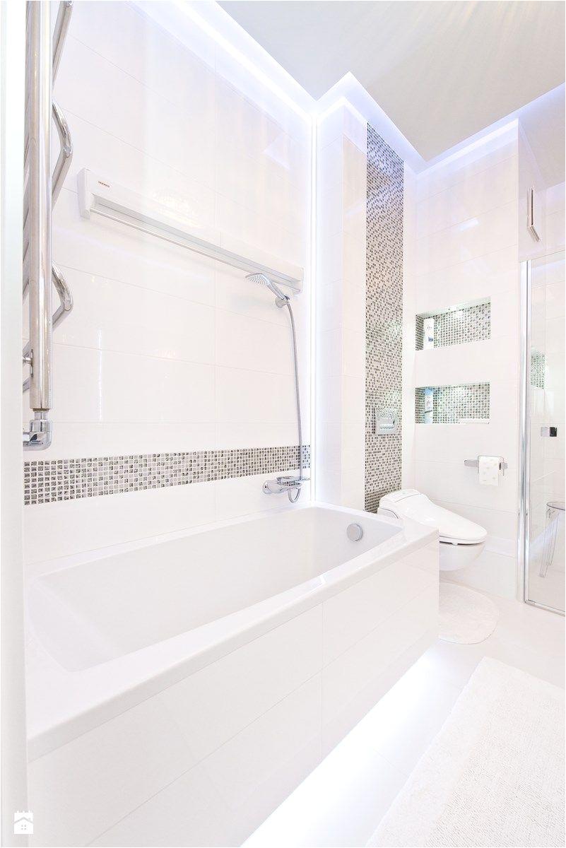 Łazienka toaleta Średnia łazienka w bloku bez okna styl glamour zdjęcie od Fawre s c glamour bathroom mosaic white silver modern