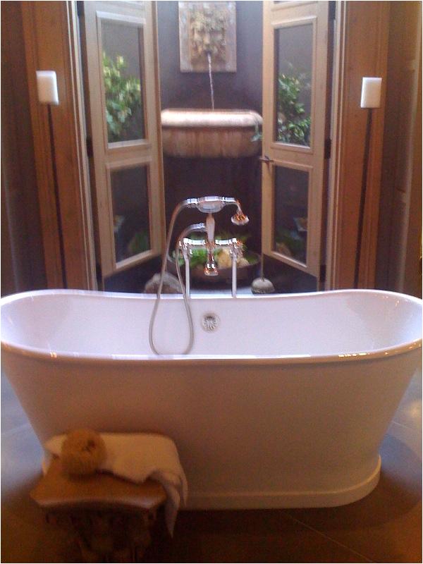 bathtubs built in or free standing