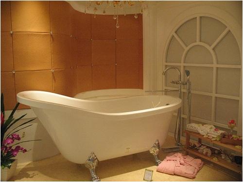 antique style clawfoot bathtub